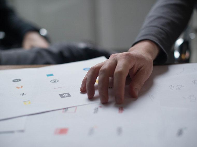 5-dazniausiai-pasitaikancios-logotipo-kurimo-klaidos-grafikos-dizaineris-klaipedoje-logotipu-kurimas-balta-ideja